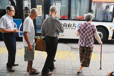 非都會區的高齡化對策:便於老人就醫的公車路網與步行環境