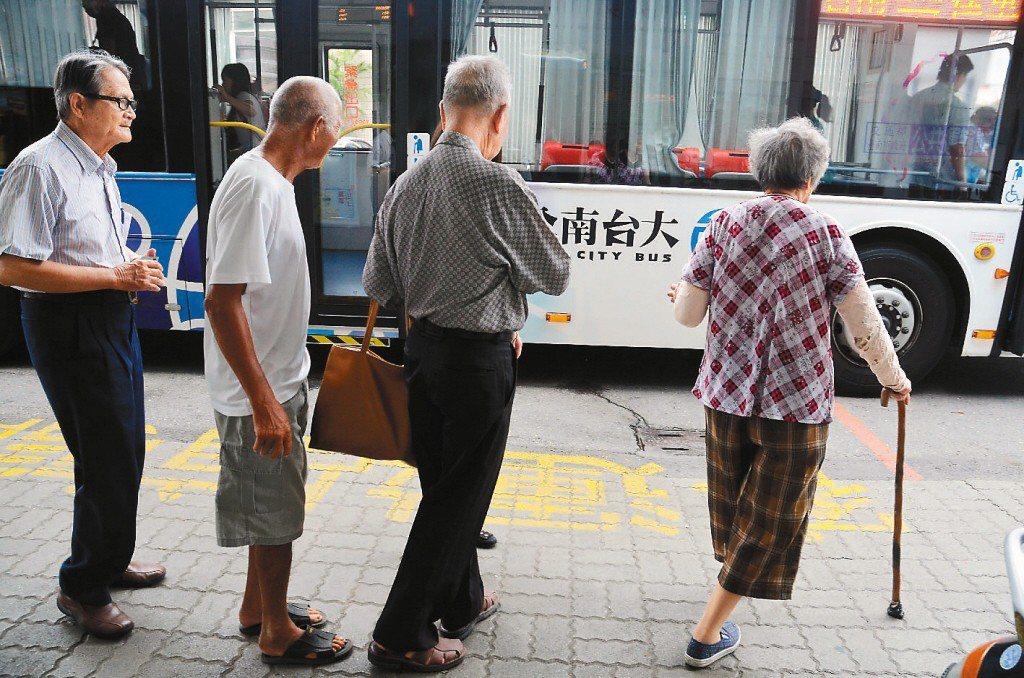 就醫是老人日常重要事務,應發展出讓老人便於就醫的公車路網。 圖/聯合報系資料照