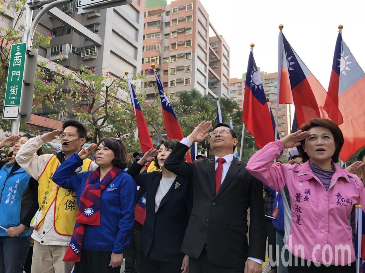 國民黨籍嘉義市議長蕭淑麗(右一)今天在議會宣布退黨,她感嘆,國民黨的世代交替只是...