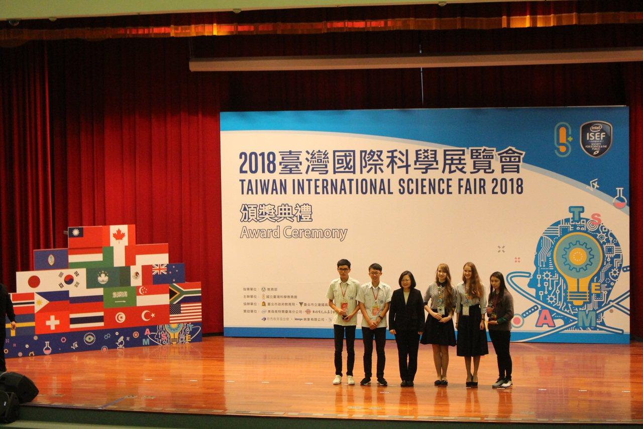 蔡英文總統今天出席2018台灣國際科學展覽會頒獎典禮,頒發最高榮譽「青少年科學獎...