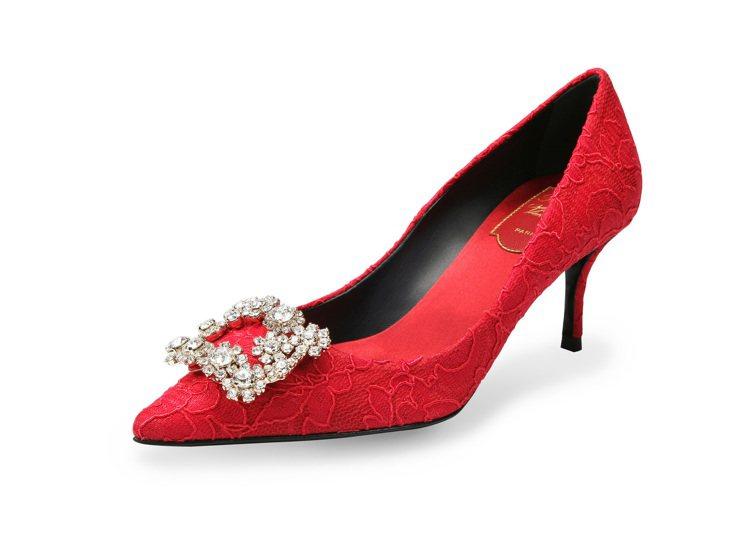 Roger Vivier農曆新年限定櫻桃紅蕾絲花鑽高跟鞋65,200元。圖/迪生...