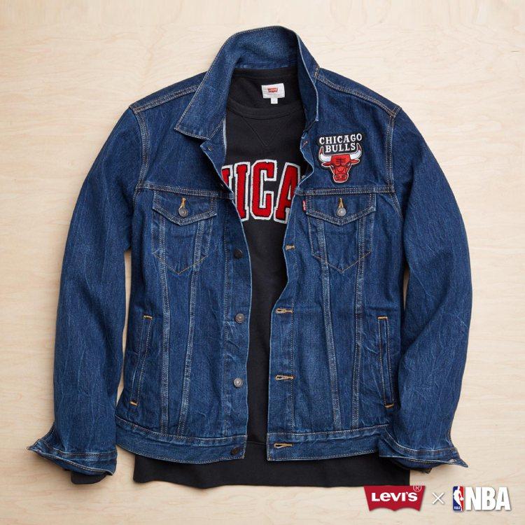 Levi's與NBA聯名系列牛仔夾克,公牛隊徽款,限量100件,約4,590元。...