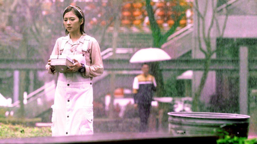 豆花妹寒流來拍淋雨戲。  圖/三立提供