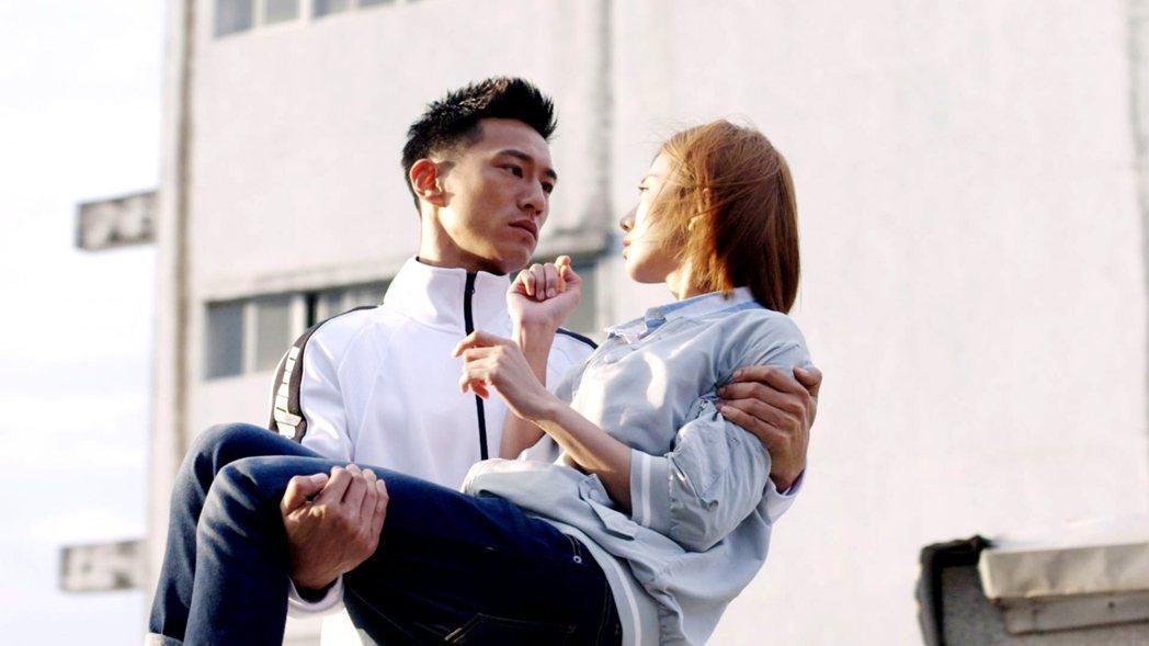 鍾承翰(左)與豆花妹感情戲逼人眼淚。  圖/三立提供