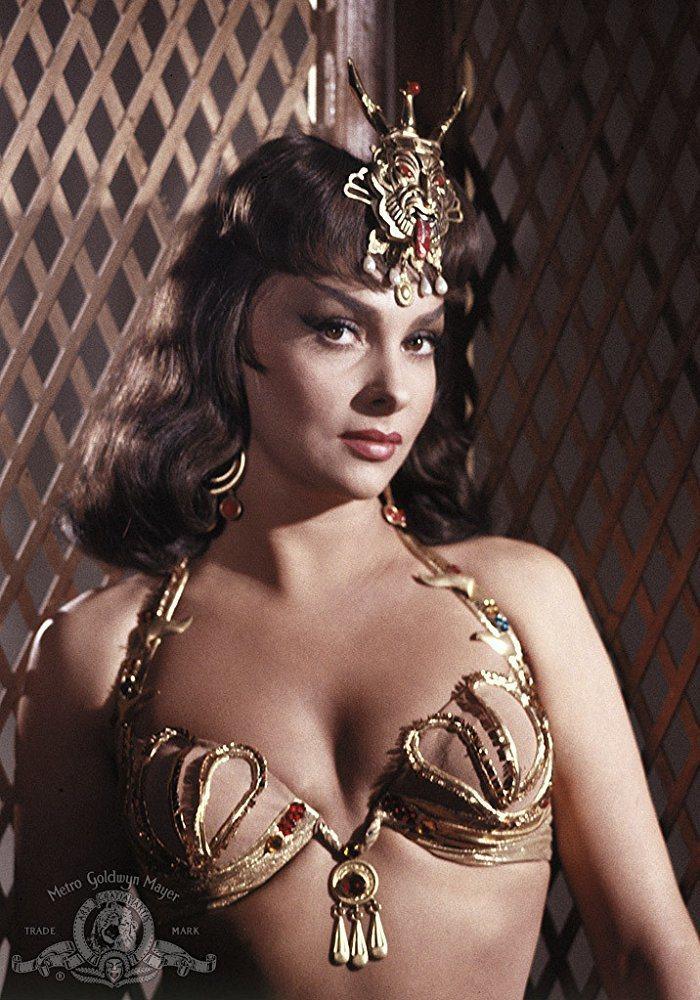 珍娜露露布莉姬妲扮演示巴女王造型超性感。圖/摘自imdb