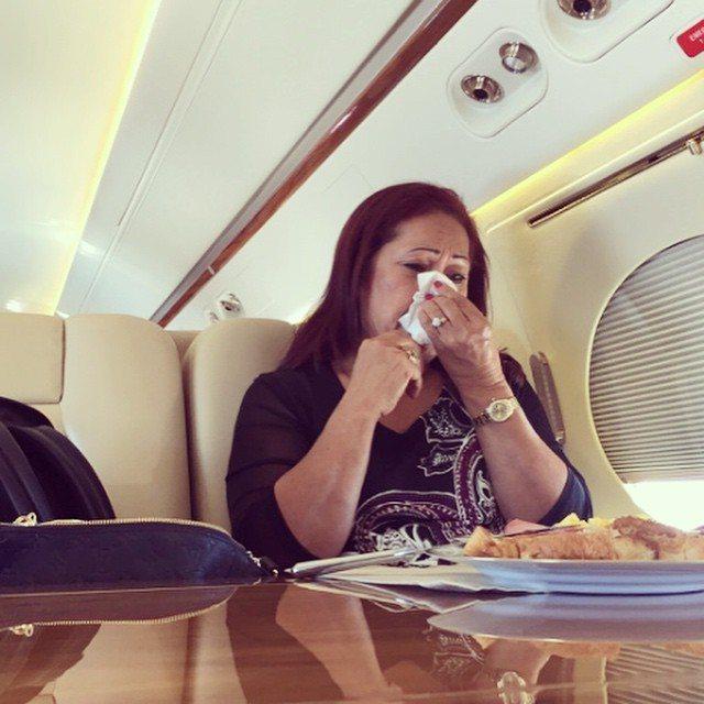 巨石強森曾將母親在飛機上淚訴以他為傲的模樣拍下來。圖/摘自Instagram