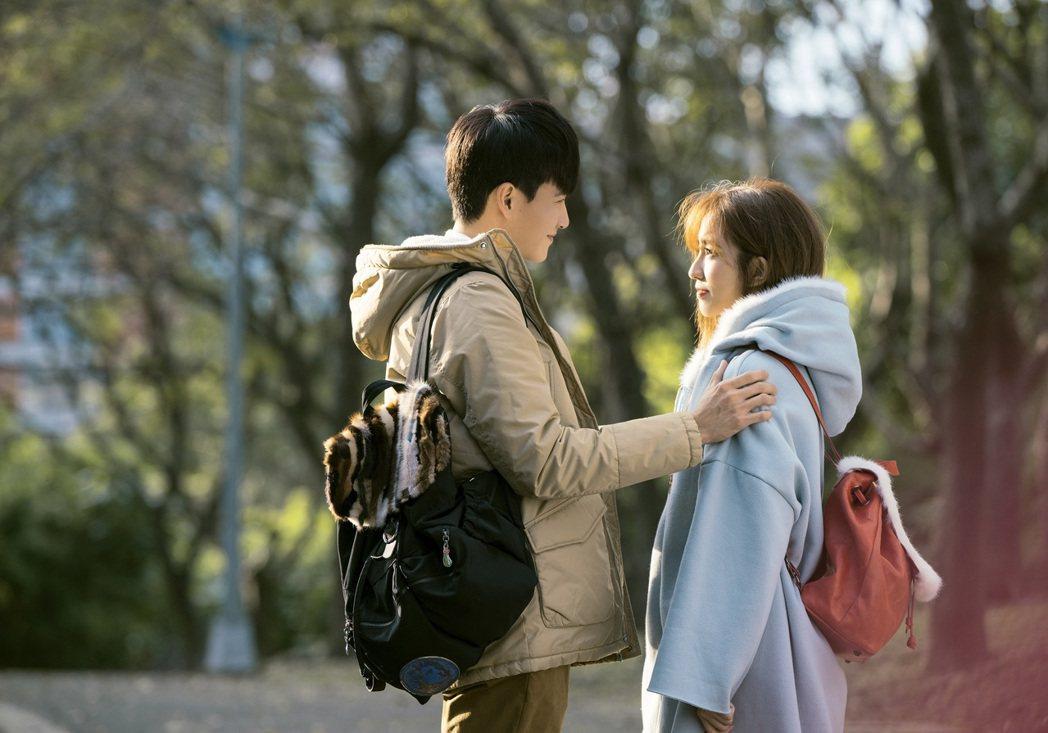 曹晏豪、周曉涵「強薇CP」終於在一起,不時在劇中甜蜜放閃。圖/東森提供