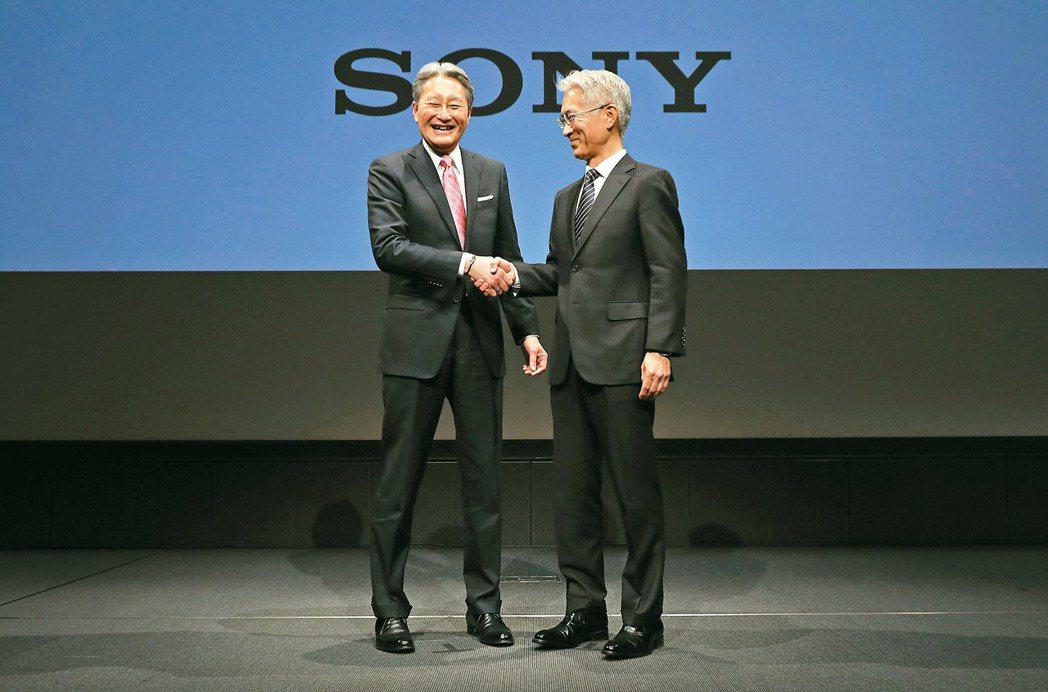 Sony二日在東京總部召開記者會,宣布社長暨執行長平井一夫(左)將轉任會長,副社...