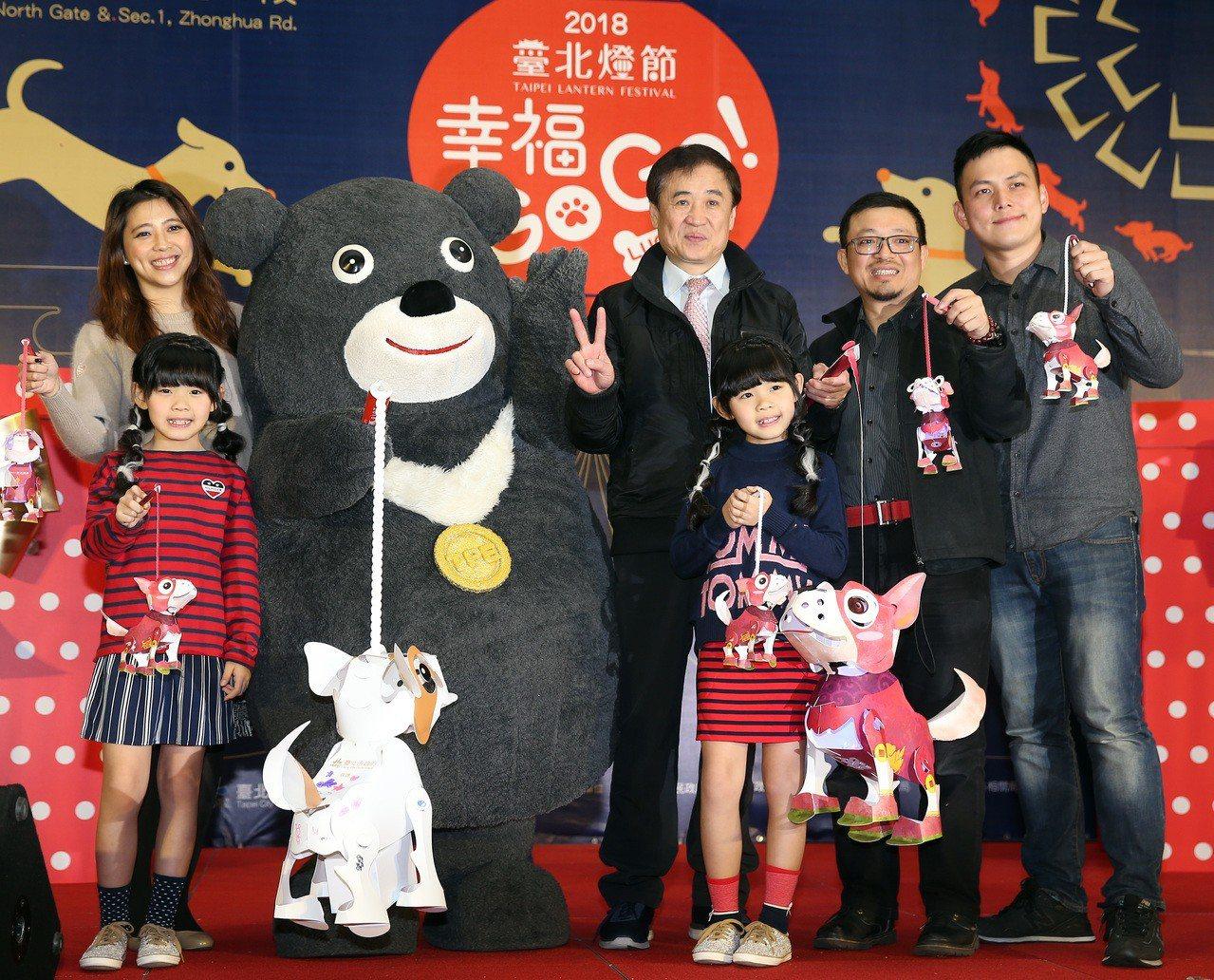 「幸福GOGO」小提燈亮相,副市長陳景峻(中)和左左右右出席。 記者曾吉松/攝影