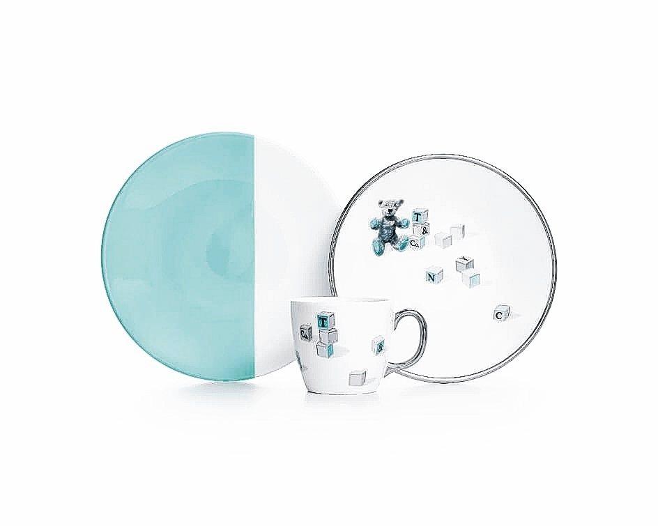 小熊與積木圖案骨瓷杯盤三件組/6500元。 Tiffany/提供