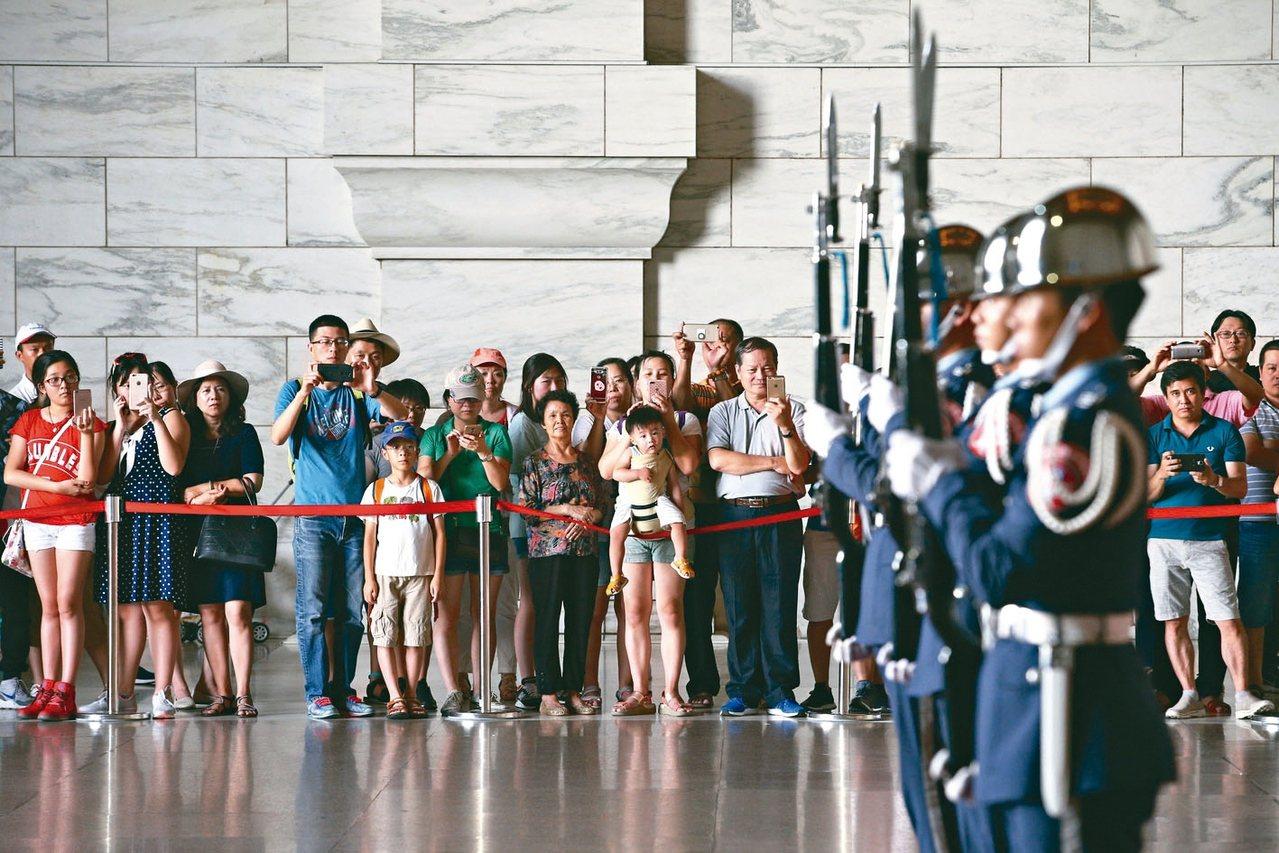 陸委會表示,新年度工作重點是健全兩岸法制等防衛機制。圖為觀看中正紀念堂衛兵交接的...
