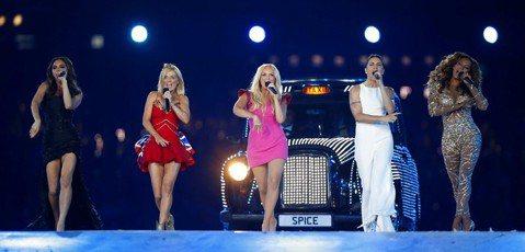 解散18年的英國前女子天團「辣妹合唱團」(Spice Girls),確定將合體尋求「新機會」,5名成員2日在倫敦會面,並在Instagram張貼合照,風采依舊。「辣妹合唱團」於1994年成軍,成員包...