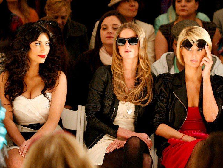 2009年金卡戴珊(左)和派瑞絲(右)都受邀看Tracy Reese的時裝秀,雖...