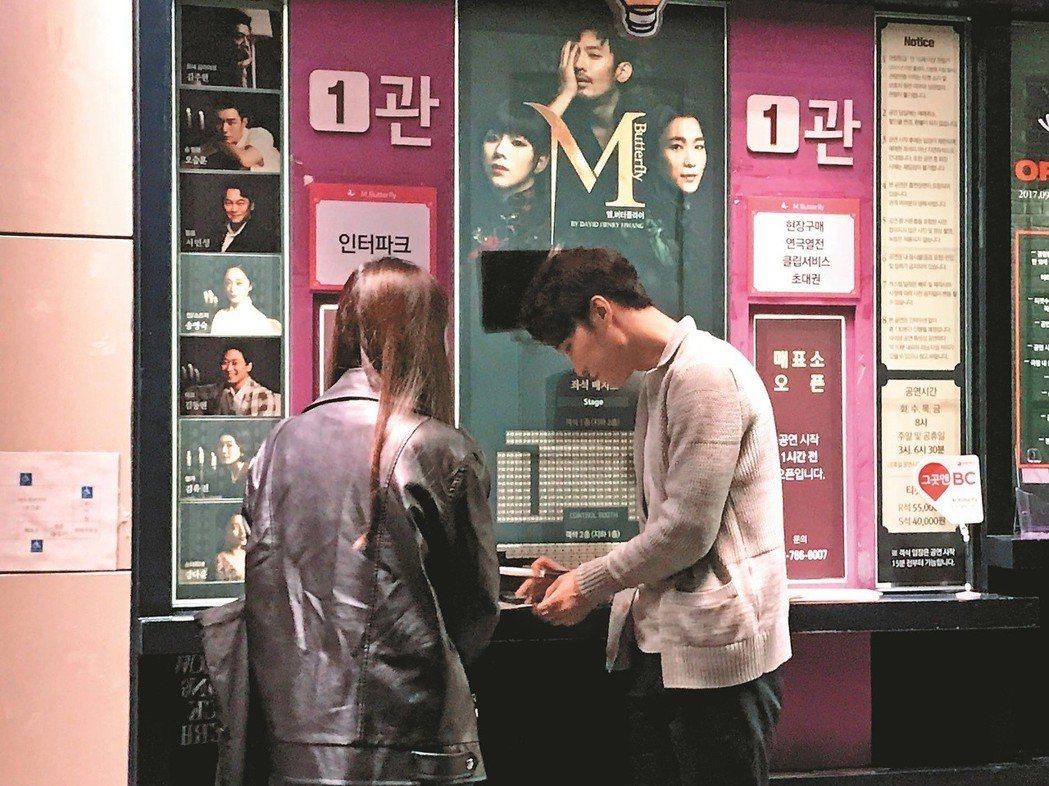 在《蝴蝶君》下班路為粉絲簽名的演員張栗(右)。