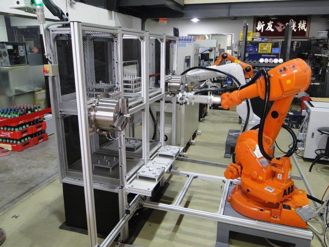 深石科技的智能化控制系統,機器人手臂可獨立自主快速輕易處理塑膠、金屬和一系列物料...
