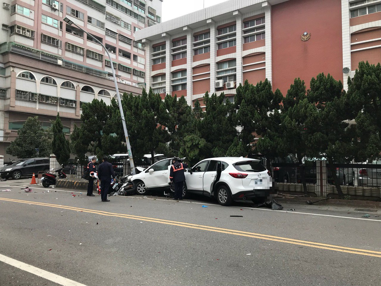 轎車衝撞永康警分局 警:疑精神不佳肇事