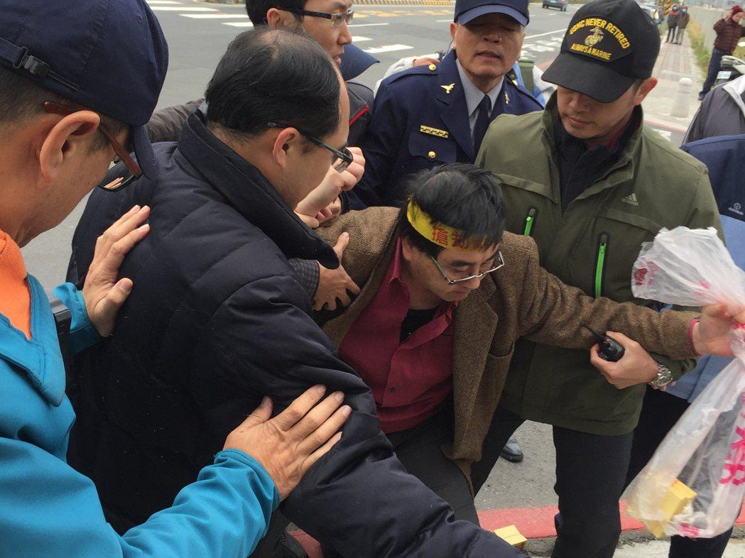 反南鐵自救會攔賴神 陳致曉:抗議至真相大白為止