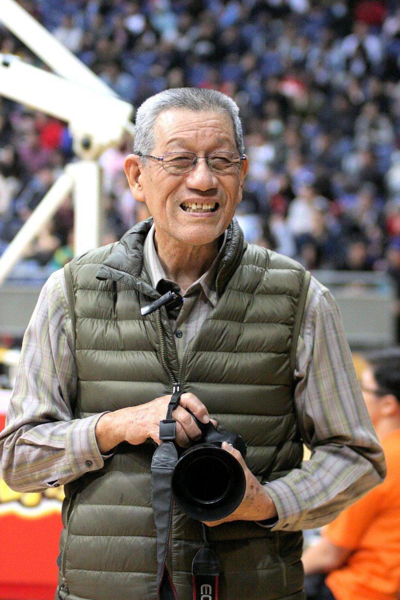 國內各項重要籃球比賽期間,常會看到「劉姥姥」劉錦池持相機出現在球場旁。圖/劉錦池...