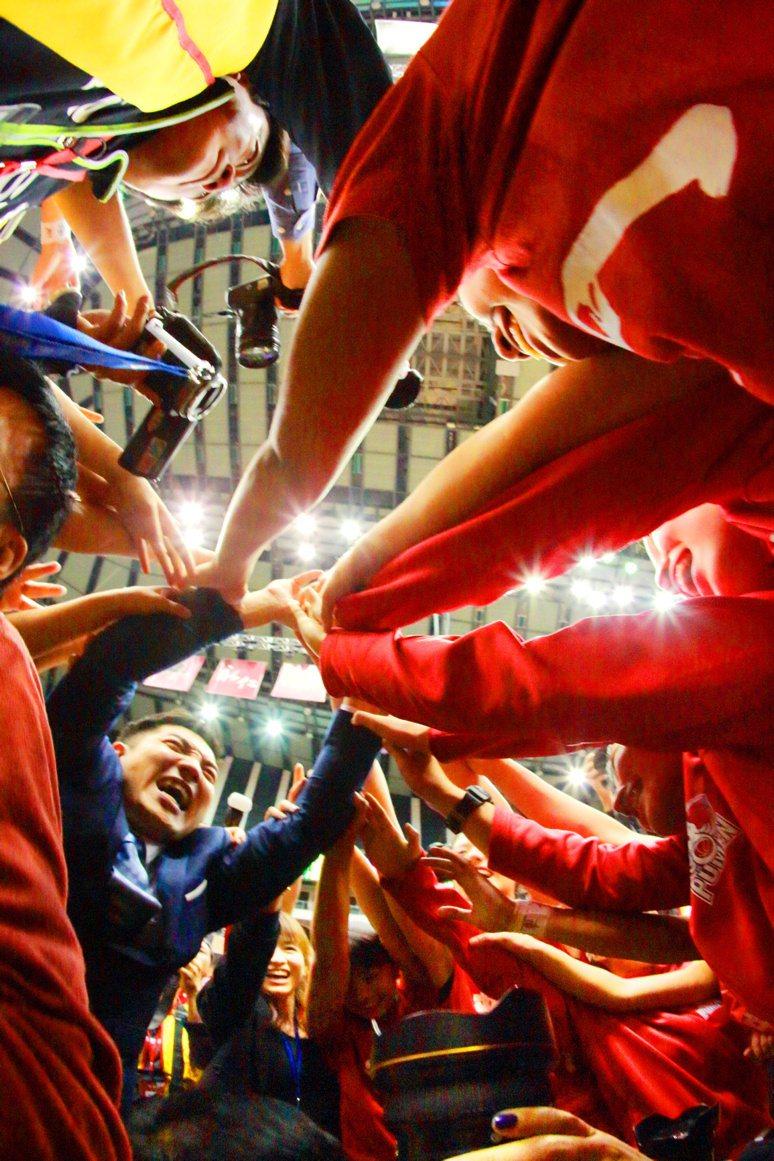 劉錦池在第9屆陳啓川攝影貢獻獎「籃球運動的力與美」系列作品之一。圖/劉錦池提供