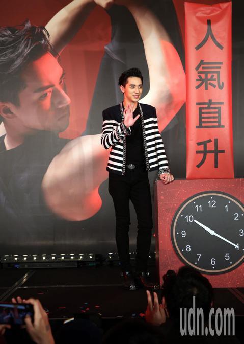 高顏值小鮮肉才子許魏洲首度來台,下午在台北舉行新專輯「The Time」全亞洲發片記者會,除了與現場擠爆的粉絲親切互動,也帶來兩首新歌演出,嗨翻全場。