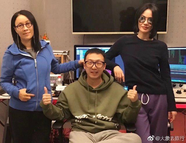 王菲(右)與那英(左)先前一起錄音。圖/摘自微博
