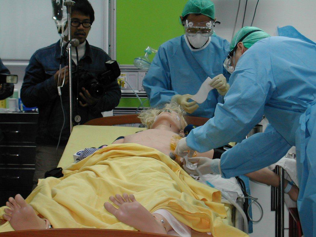 數位化模擬病桃因車禍氣胸,正接受醫師插胸管。本報資料照片