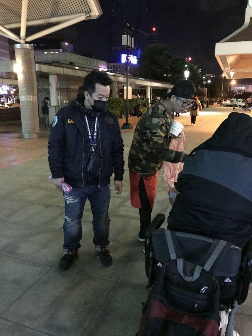 阿竿、錢君仲寒冬送暖,準備熱食與便當到台北車站分送街友。圖/民視提供