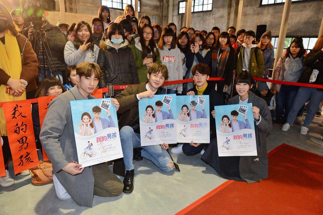 章廣辰(左起)、張軒睿、許光漢、林思宇出席「我的男孩」粉絲會,現場揮毫迎新春。圖