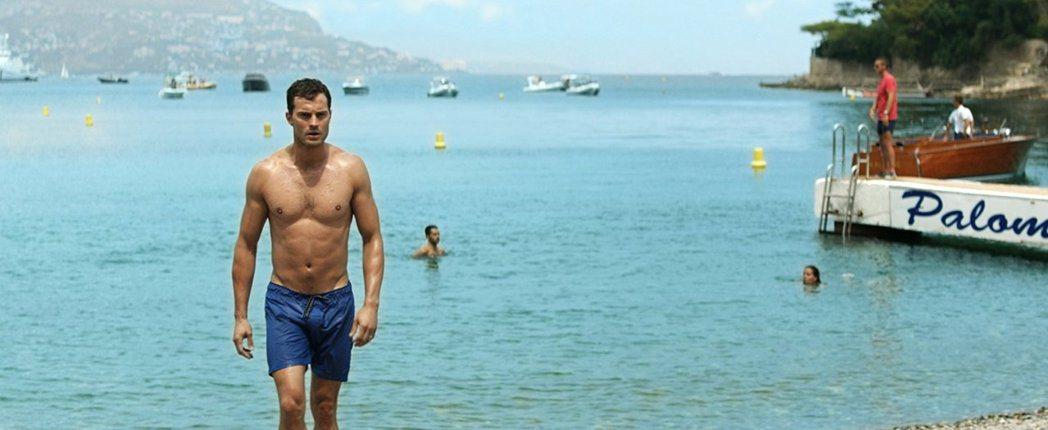 傑米杜南在「格雷的五十道陰影:自由」仍免不了要展露身材。圖/摘自IMDB