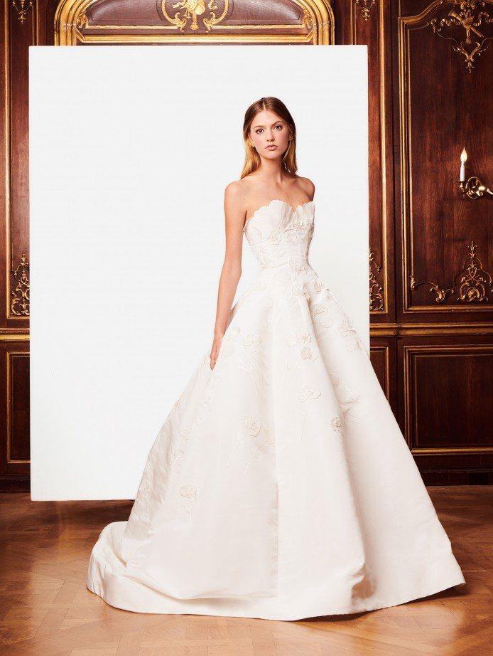 閔孝琳身上的白紗應該是Oscar de la Renta的這套花朵新娘禮服。圖/...