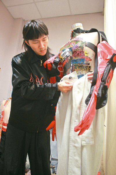 服裝設計師張洊瑋用極具個性和創意的手法,在服裝作品上展現獨特創意。 記者林麒瑋/...