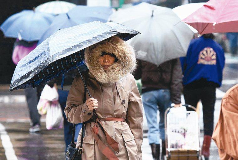 溼冷的天氣,外出民眾應多注意保暖。 記者林俊良/攝影
