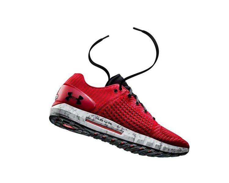 Under Armour HOVR Sonic男款紅色慢跑鞋,約4,380元。