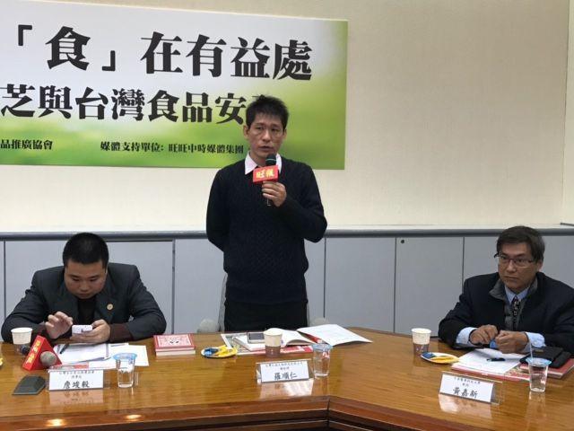 信威生技總經理羅順仁(中)表示,牛樟芝為台灣獨有珍貴材料,台灣生技產業逐步積極研...