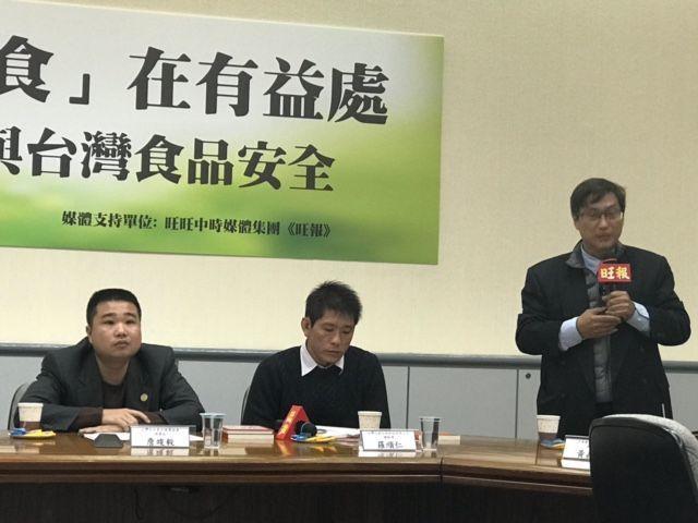 中華醫事科技大學教授黃嘉新(右)表示,牛樟芝是衛福部規範內的健康食品,屬於保健食...