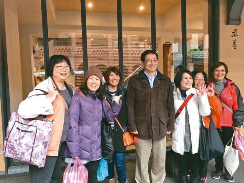 管中閔與親友學生在老台北早市、涼州街巷內的小吃店聚首,民眾爭相合影。 記者馮靖惠/攝影