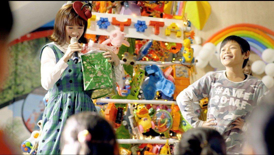 代言人Lulu帶著民眾捐贈的二手玩具出任務。 圖/和泰汽車提供