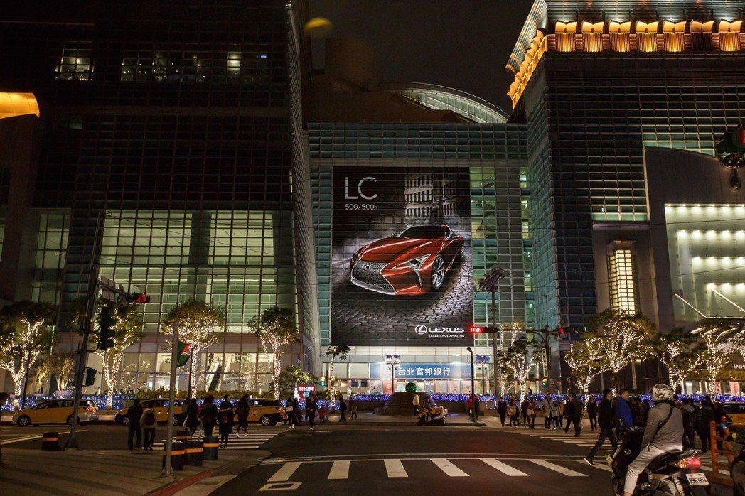 LEXUS LC創下業界首例,一舉包下台灣指標性地標台北101的四面廣告牆。 圖...