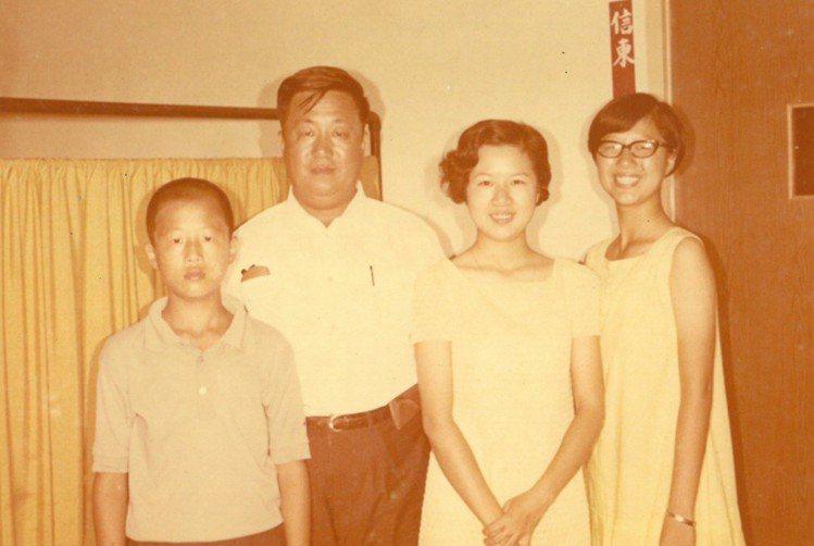 王偉忠、父親與兩位姊姊。圖/王偉忠提供