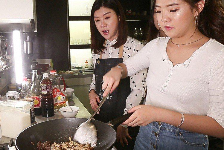 林慧晶(左)教女兒下廚,巴不得自己來。圖/記者陳立凱攝影