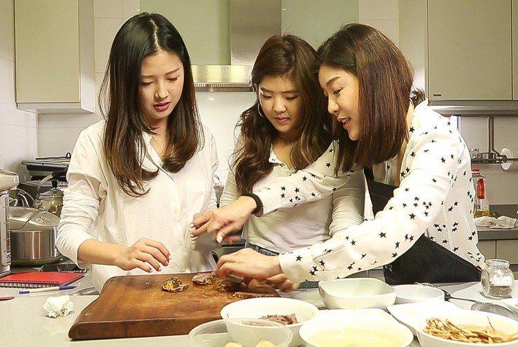 林慧晶(右)教大女兒和小女兒下廚。圖/記者陳立凱攝影