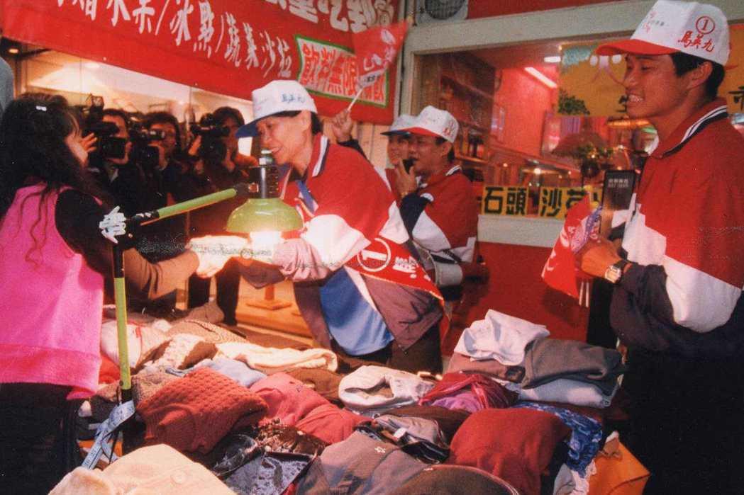1998年台北市長選舉,國民黨台北市長候選人馬英九的太太周美青(中),首度出來助...