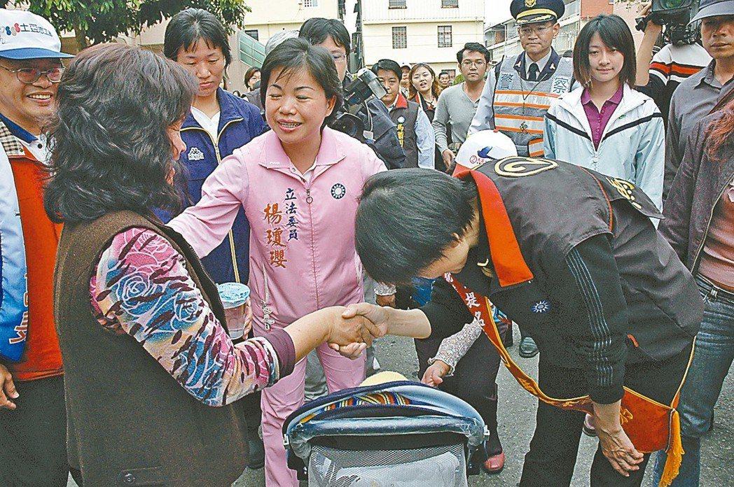 2008年周美青(右)到潭子鄉掃街拜票,以90度的鞠躬禮,拜託選民支持馬英九。 ...