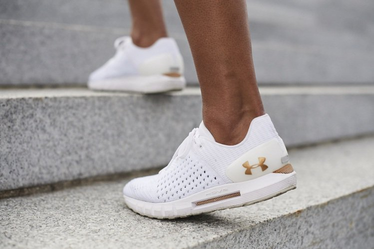 HOVR鞋款首度配備UA Record Sensor內置晶片,能與應用程式同步連...