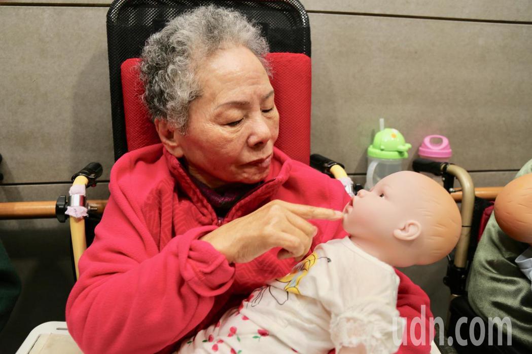 屬於懷舊型態的「娃娃治療」近年引進台灣,臨床治療師發現娃娃治療對阿嬤比對阿公有效...