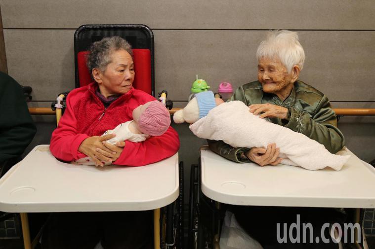 懷抱娃娃,中度、重度失智症長輩會以為在抱真實的嬰兒,透過治療師引導,讓長輩照顧娃...