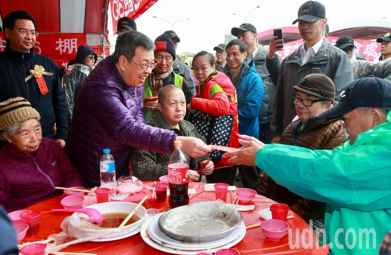 副總統陳建仁在創世基金會創辦人曹慶的陪同下發紅包。記者黃義書/攝影