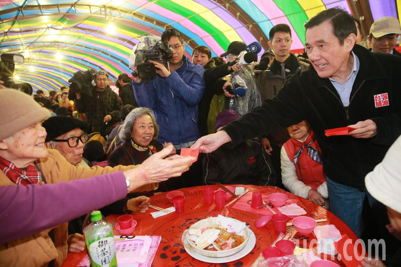 前總統馬英九也前往發紅包。記者黃義書/攝影