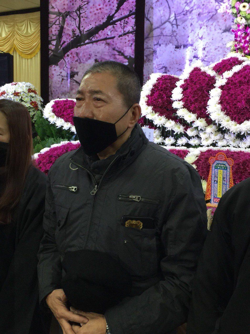 康龍與妻天人永隔,出席告別式數度淚崩。記者陳慧貞/攝影