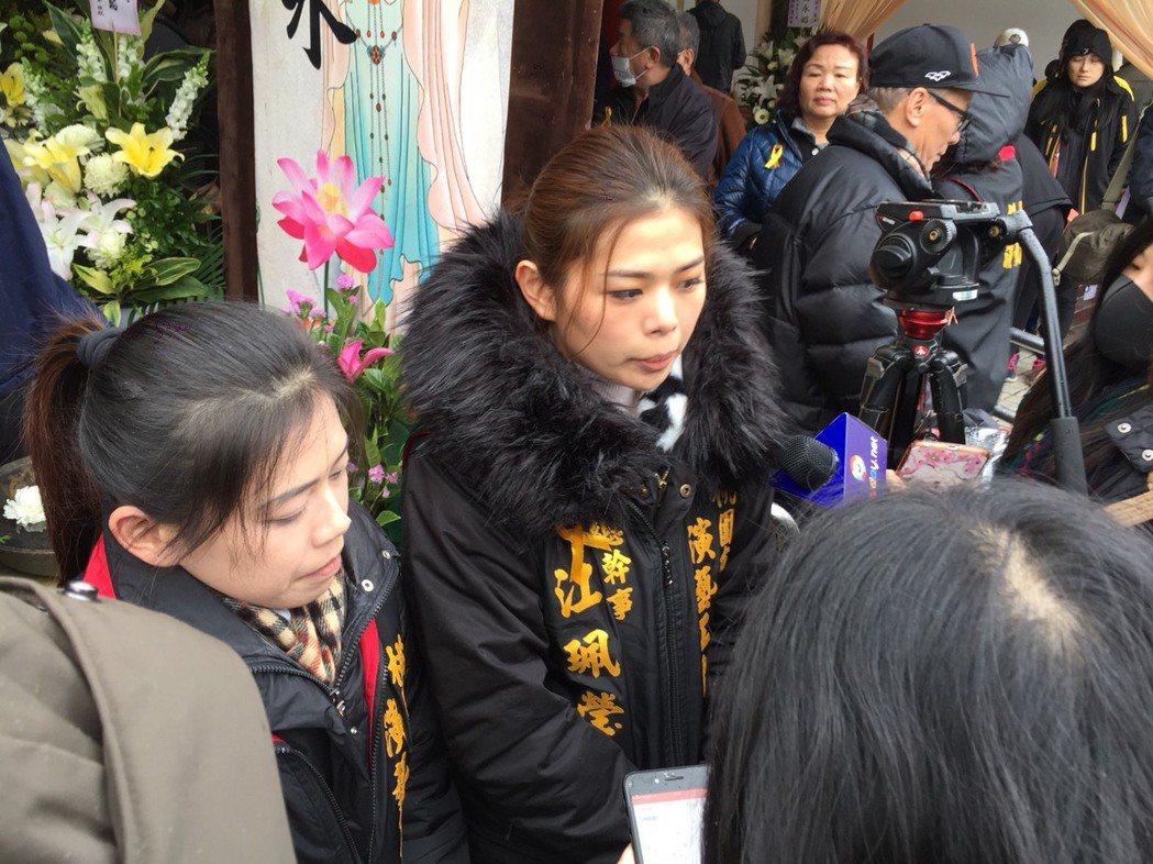 閃亮三姐妹大姐小云(左)、小妹小瑩出席康妻告別式。記者陳慧貞/攝影